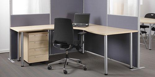 Ergonominen sähköpöytä / seisomapöytä jonka pariksi työtuoli ja tilanjakaajana monikäyttöinen seinäke tai sermi toimistoon.